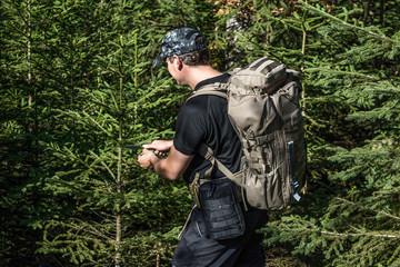 Mann im Wald - Fichten
