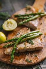 Tuna steaks with asparagus and salad