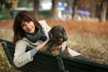Coppia cane e padrona al parco in autunno