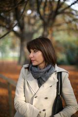 Donna con cappotto al parco