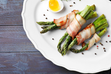 Photo sur Plexiglas Entree Plate with bacon wrapped asparagus on table