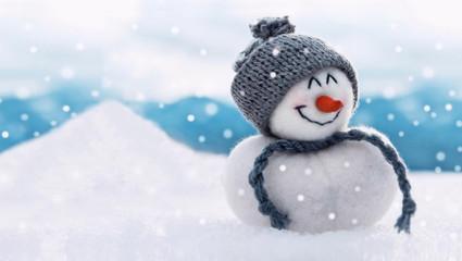 Der erste Schnee... und der Schneemann freut sich!