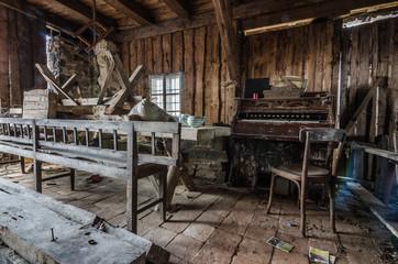 zimmer mit orgel aus holz