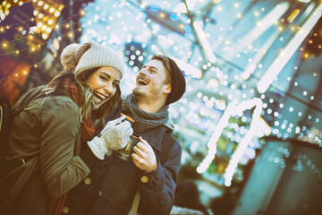 Paar auf dem Weihnachtsmarkt