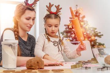 Mutter und Tochter backen zusammen zu Weihnachten