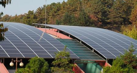 한국의 태양광 패널이 설치된 주차장과 빌딩 지붕