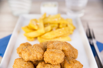 Nuggets mit Steakhouse Pommes