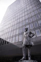 ロンドン ビル前の偉人像