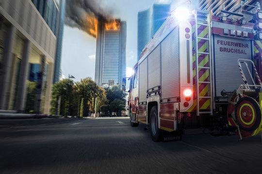 Feuerwehr auf dem Weg zum Hochhausbrand