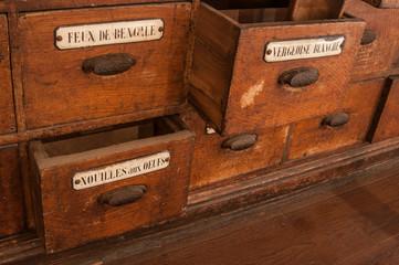détail tiroirs meuble en bois dans une épicerie ancienne