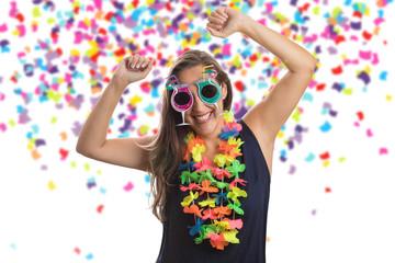 Bonita garota pulando feliz na festa de celebração com confetes caindo por toda parte sobre ela. Comemorando o ano novo, aniversario ou carnaval.