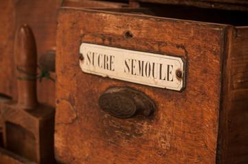 détail tiroir meuble en bois dans une épicerie ancienne - sucre semoule