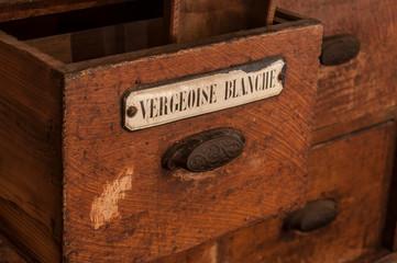 détail tiroir meuble en bois dans une épicerie ancienne - vergeoise blanche