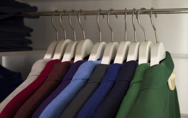 Camisas  en un perchero  de ropa multicolor