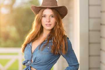 Junges Cowgirl posiert