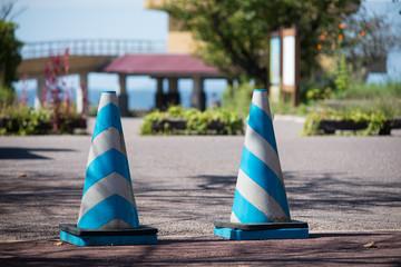 plots bleu et blanc sur la route