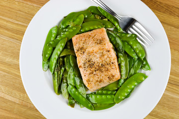 Peppered salmon with snow peas and ginger