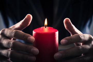 赤い蝋燭と男性