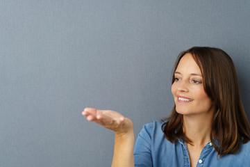 frau schaut auf etwas in ihrer hand