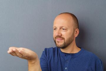 mann präsentiert etwas auf seiner hand