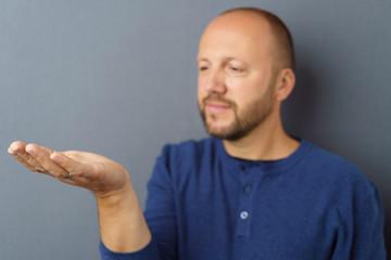 mann zeigt etwas auf seiner hand