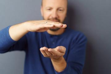 mann hält etwas zwischen seinen händen