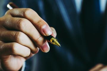ペンを持っているビジネスマンの手 クローズアップ スタジオ撮影