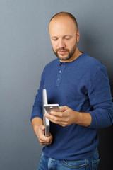 mann mit notbook und mobiltelefon