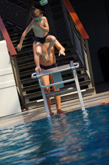 enfant à la piscine - plongeoir