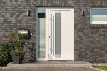 Moderne weiße Haustür mit Glaselementen
