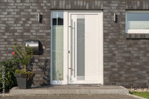 Weiße Haustür moderne weiße haustür mit glaselementen stockfotos und lizenzfreie