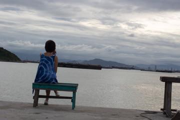 一人佇む・港・女の子・曇り
