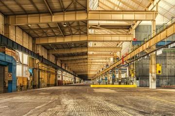 entrepot,hangar,industrie,stockage ,e commerce,carriste,palettes,cases,infrastructures,transport,poutrelles,jaune,