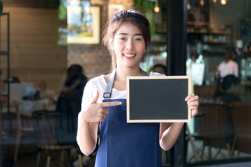 Barista asian women holding label Coffee order in the coffee shop. Service Concept