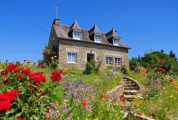 Bretagne Haus mit Blumen - typical old house and garden in Brittany