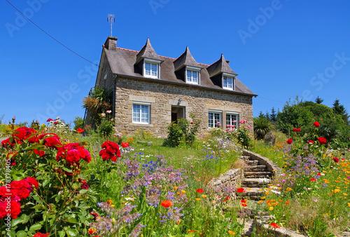 bretagne haus mit blumen typical old house and garden. Black Bedroom Furniture Sets. Home Design Ideas