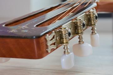 Gitarrenkopf einer Western Gitarre Nahaufnahme