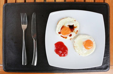 Breakfast (Fried egg with tomato sauce).