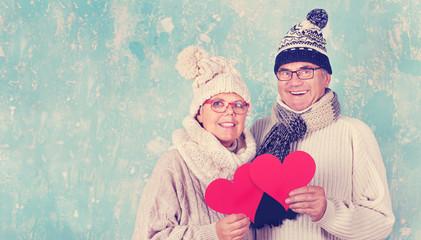 Valentinstag - Seniorenpaar mit Herzen