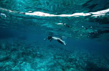 Junger Mann schnorchelt im Meer