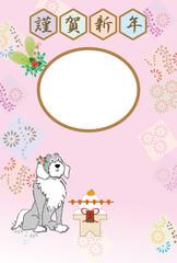 フェミニンな犬と鏡餅のイラストのピンクの和風写真フレームの年賀状テンプレート