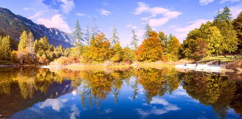 Riflessi autunnali sul lago di montagna