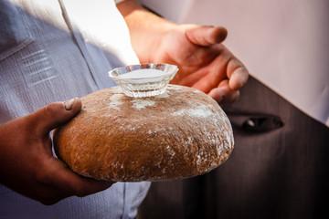 Хлеб и соль в руках мужчины
