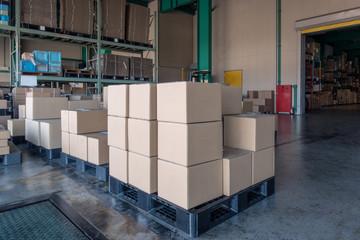 物流倉庫の出荷バースに積まれた貨物