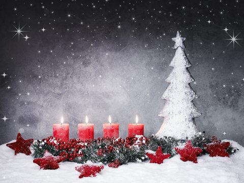Adventskranz mit vier Kerzen