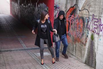 ladro tenta di rubare una borsa a ragazza per strada