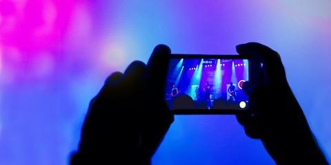 Fan filmt Konzert mit einem Smartphone
