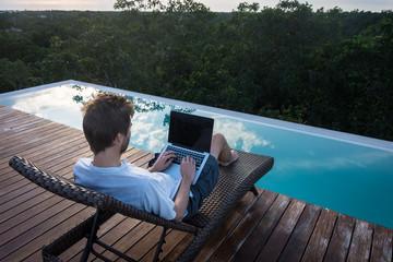 Homme au travail le matin près de la piscine