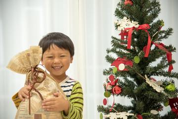 クリスマスツリーと子供