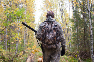 Photo sur Toile Chasse hunter walking in the forest